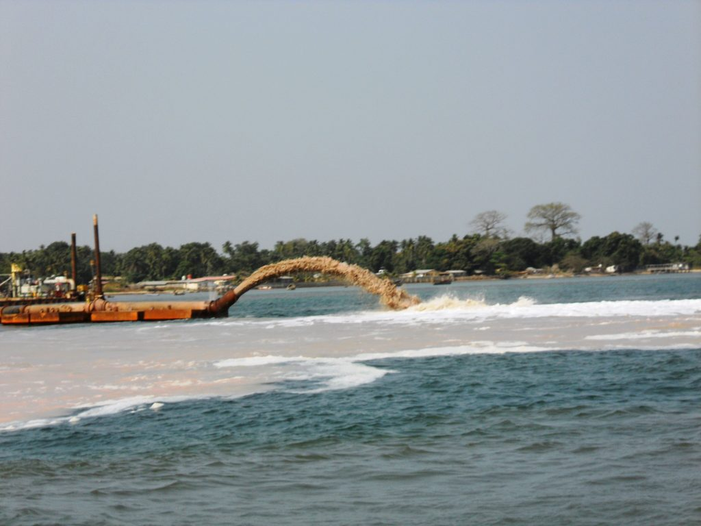 Rainbow disposal dredging in a port